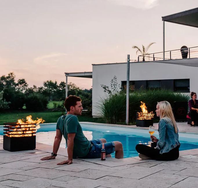 eldkorgar kring pool
